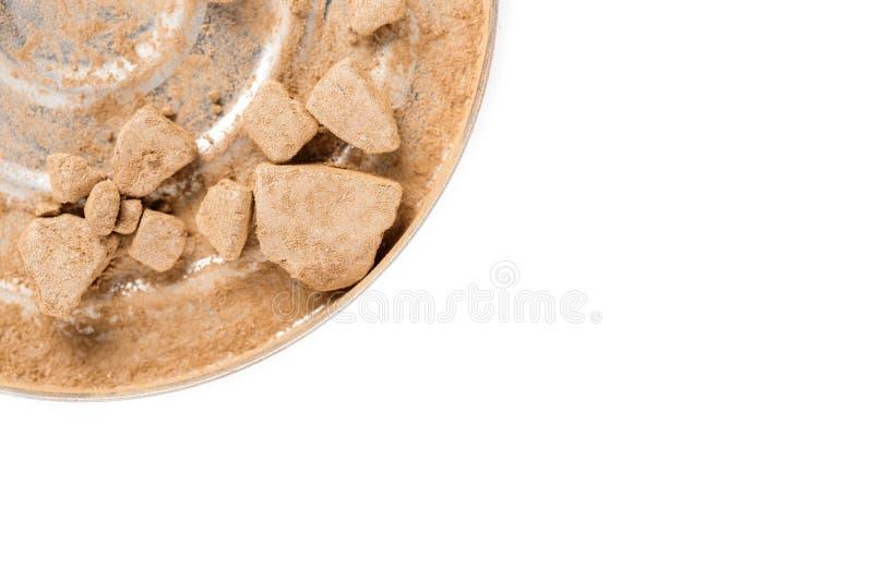 Esmagado bronzeando o pó para a cara isolada no fundo branco imagens de stock