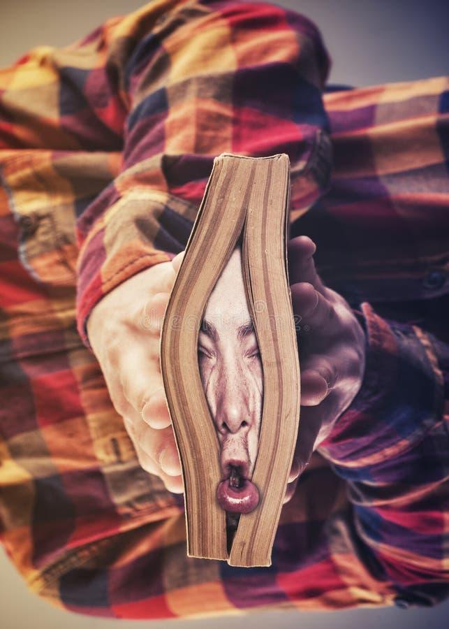 Esmagado por um livro fotos de stock royalty free
