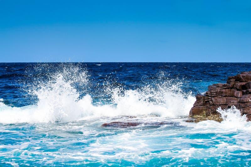 Esmagamento do mar na rocha imagens de stock royalty free