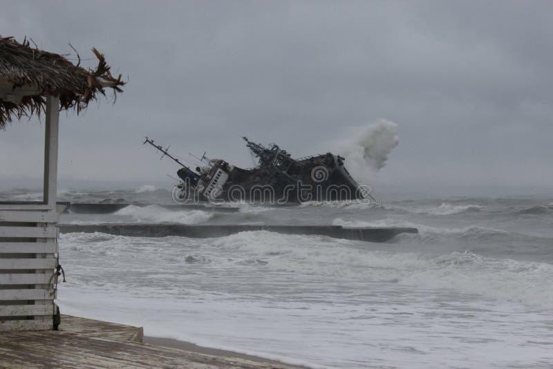 Esmagamento do navio após tempestade em odessa imagens de stock