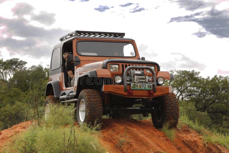 Esmagamento Jeep Wrangler Off-Roader bege V8 imagem de stock royalty free