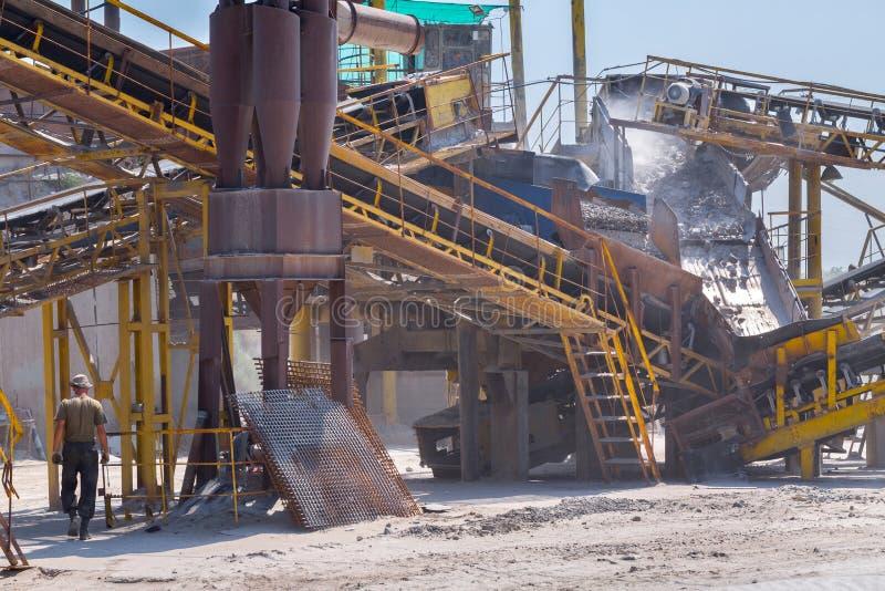 Esmagando a maquinaria, o tipo triturador do cone da rocha, transportando esmagou a GR fotos de stock royalty free