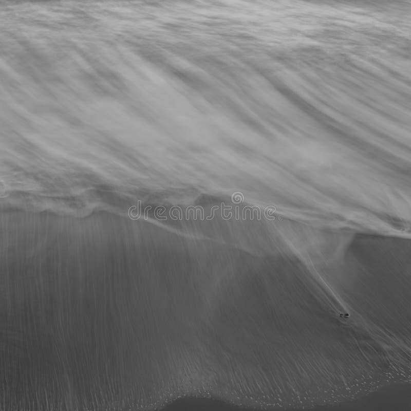 Esmagar acena na praia, fim acima em preto e branco abstrato artístico foto de stock royalty free