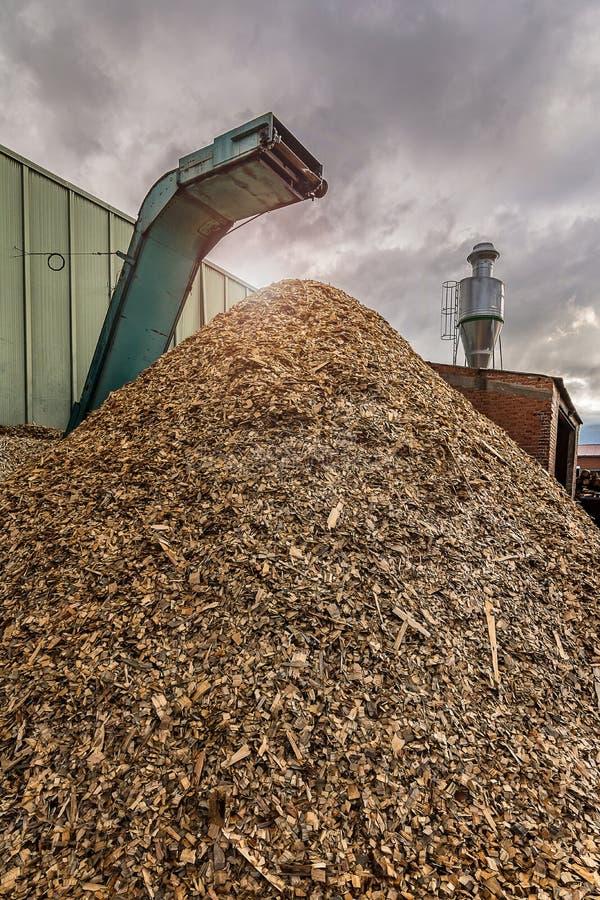 Esmagar a máquina da madeira e dos logs ao desperdício de processo e transforma em pelotas foto de stock royalty free