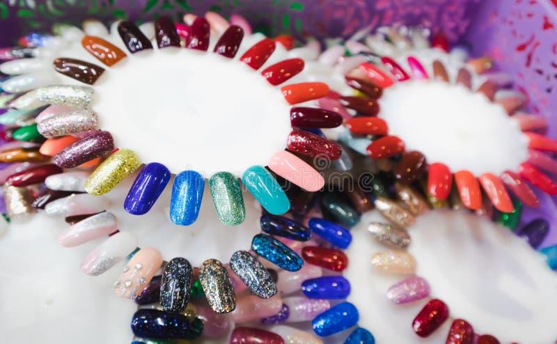 Esmalte de uñas en diversa rueda de color de la moda foto de archivo libre de regalías