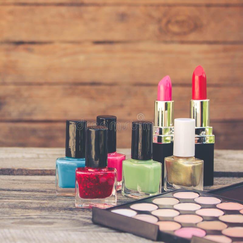 Esmalte de uñas, lápiz labial, sombra de ojos imágenes de archivo libres de regalías