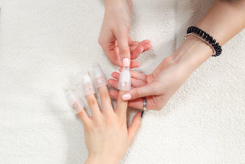 Esmalte de uñas que quita con el equipo especial del perno imagenes de archivo