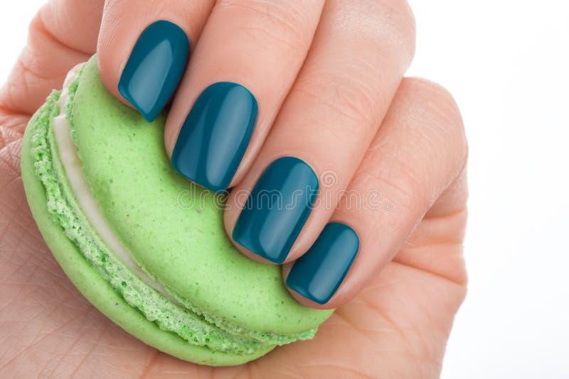 Esmalte de uñas verde imagen de archivo. Imagen de belleza - 62742741