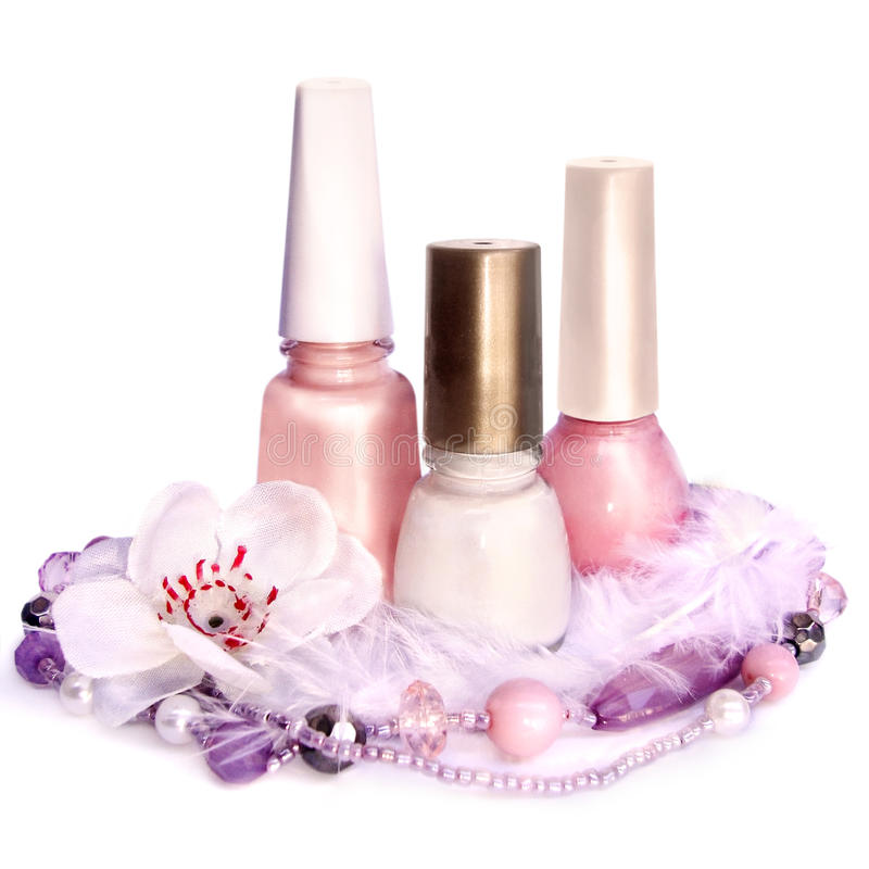 Esmalte de uñas y perlas, aislados en el fondo blanco fotos de archivo libres de regalías