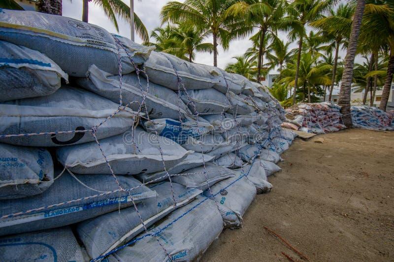 Esmeraldas, Equador - 16 de março de 2016: Sacos de areia a proteger contra a inundação pelo tsunami na mesma praia, Casablanca imagem de stock
