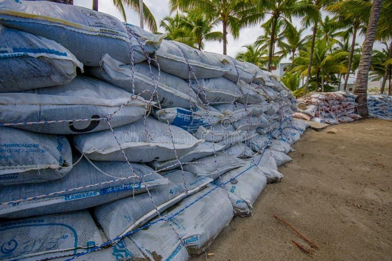 Esmeraldas, Equador - 16 de março de 2016: Sacos de areia a proteger contra a inundação pelo tsunami na mesma praia, Casablanca imagens de stock
