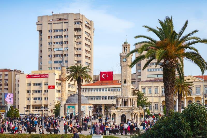 Esmirna, Turquía Cuadrado central de Konak con la muchedumbre de turistas fotos de archivo libres de regalías