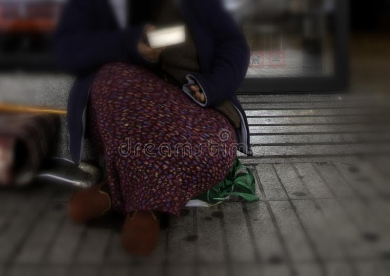 Esmola pobre da mulher imagens de stock
