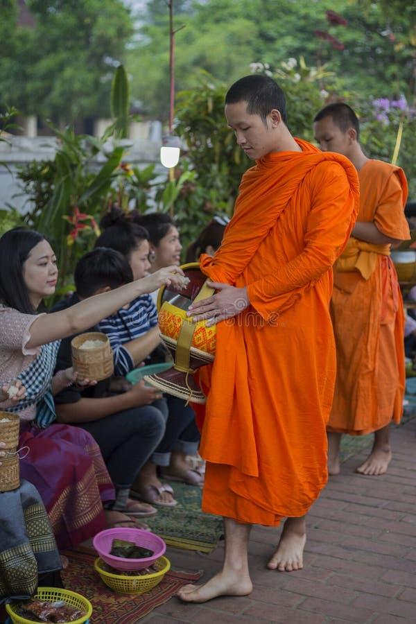 Esmola que d? a cerim?nia em Luang Prabang, Laos foto de stock