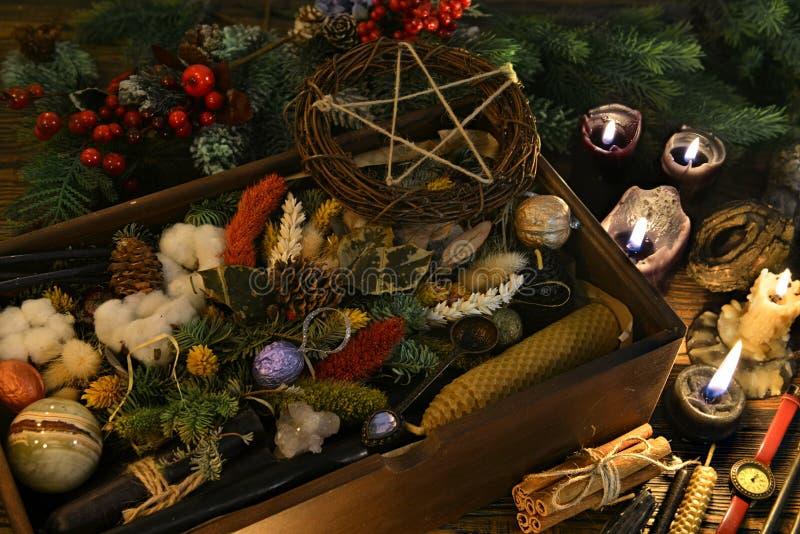 Esoetric en wiccastilleven met vakje van giften, pentagram, kaarsen en kruiden op heksenlijst stock afbeelding