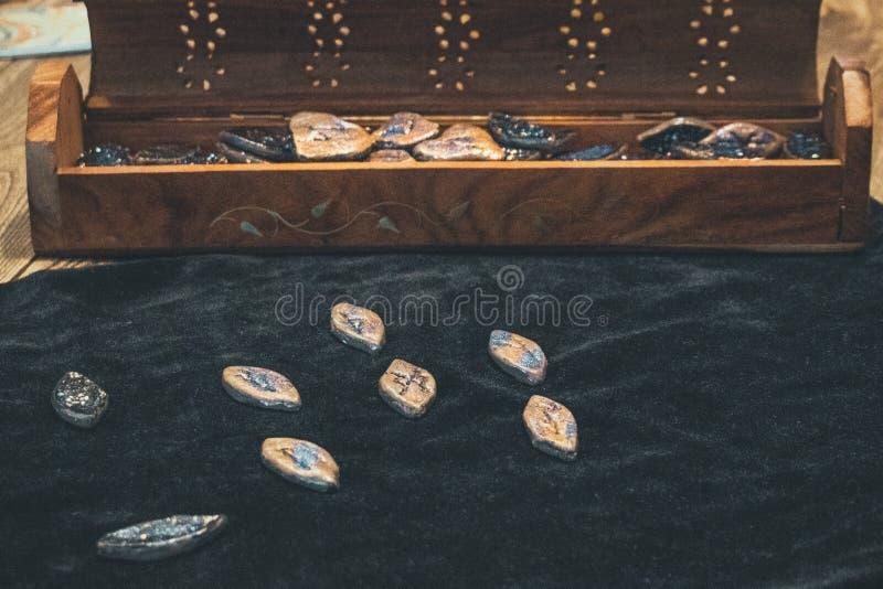 esoterica de seda da mulher da adivinhação das runas foto de stock royalty free