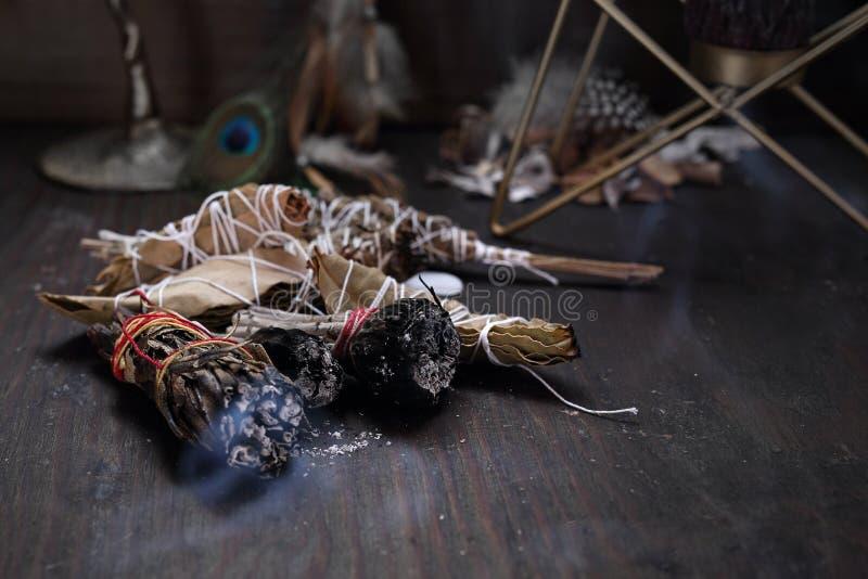 esoterico Incenso con le erbe del cedro e della salvia bianca fotografia stock libera da diritti