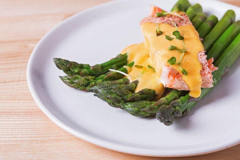 Espárrago cocido al vapor con la salsa de color salmón cocida del prendedero y del hollandaise en el top fotos de archivo