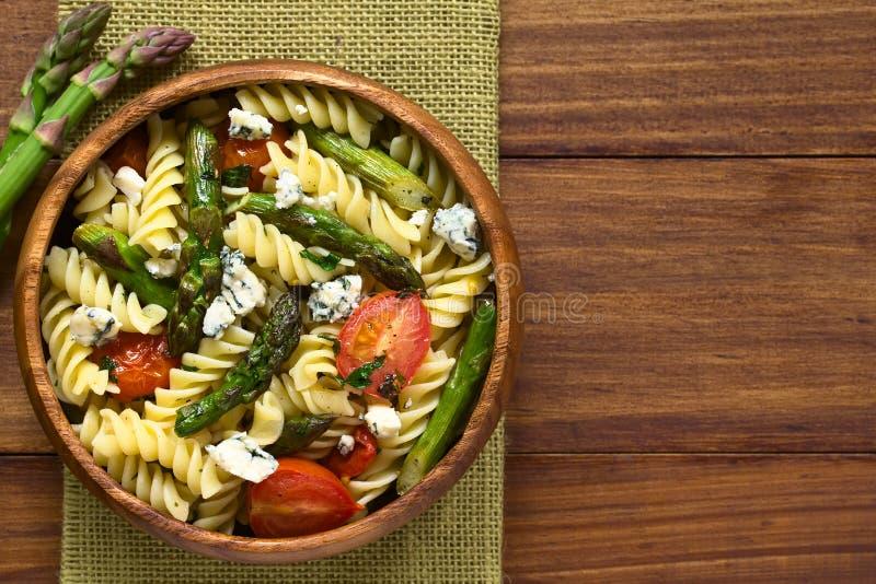 Espárrago, tomate, queso verde y ensalada de pasta foto de archivo