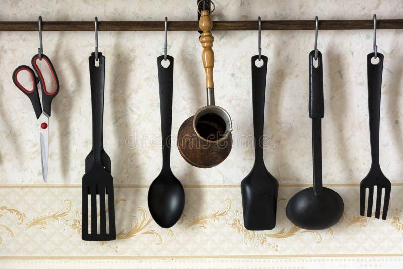 Espátulas, cucharas, cucharón, cazo para el café, tijeras, ut de la cocina imagenes de archivo