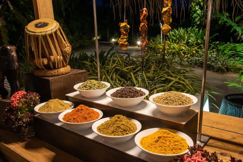 Espèces et barbecue savoureux pendant le dîner international de cuisine dehors installé au restaurant d'île images stock
