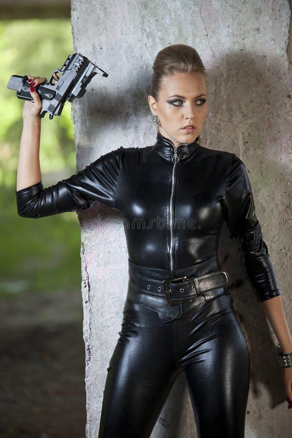 Espía atractivo en el vestido de cuero fotos de archivo libres de regalías