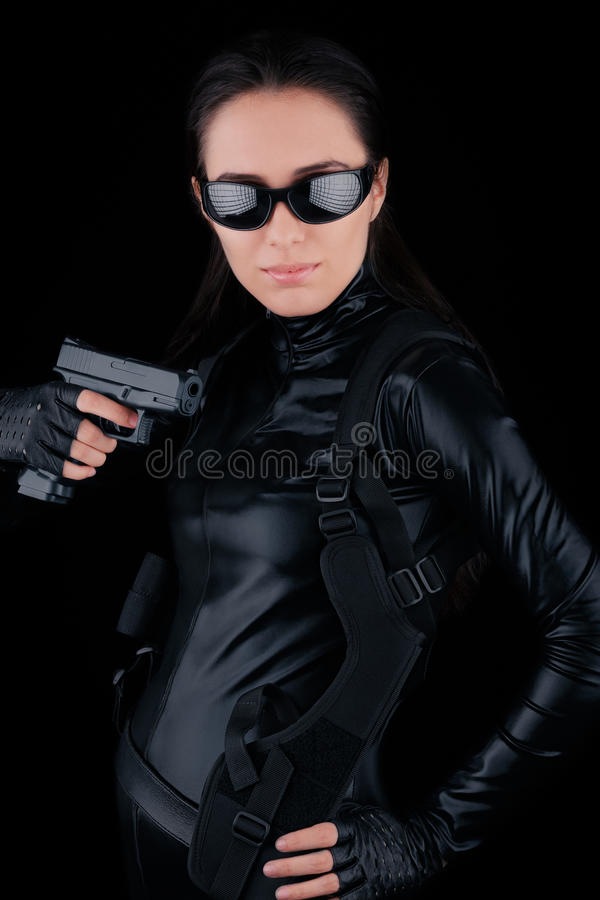 Espía de la mujer que sostiene el arma imágenes de archivo libres de regalías
