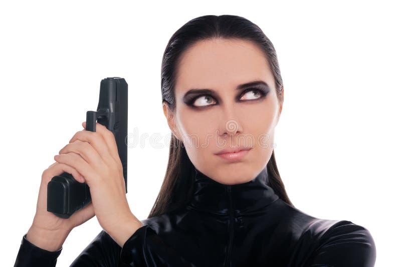 Espía de la mujer que sostiene el arma fotos de archivo libres de regalías
