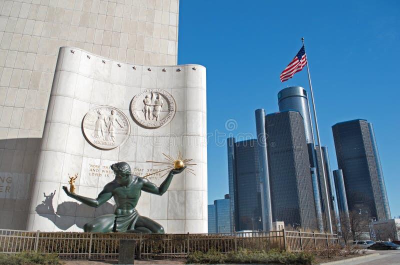 Espírito da estátua de Detroit em Detroit do centro com as matrizes do centro do renascimento ou do mundo do GM fotografia de stock