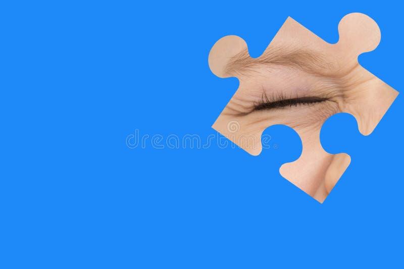Esp?as del ni?o con un rompecabezas azul S?mbolo de la conciencia del autismo foto de archivo libre de regalías