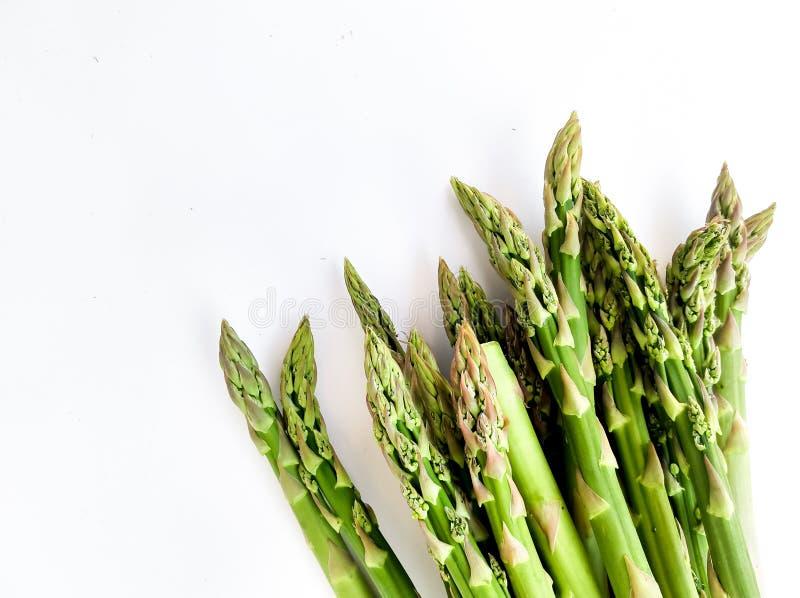 Esp?rrago verde fresco en el fondo blanco Alimento sano Culinario para los vegitarians, receta, vitaminas imagen de archivo libre de regalías