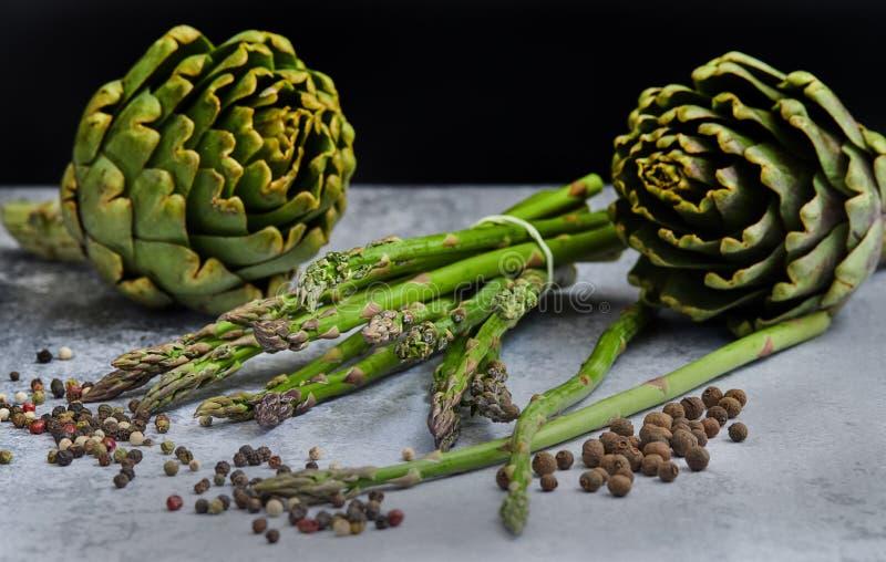 Esp?rrago y alcachofas con las hierbas fotografía de archivo