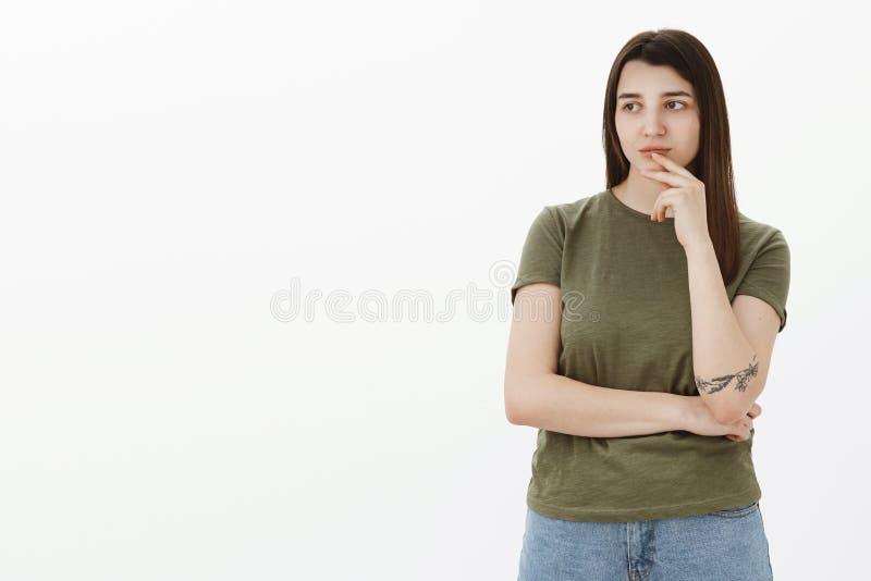 Espaçar de pensamento profundo da menina para fora como a vista com o interesse, pensativo no lado esquerdo do espaço da cópia qu fotos de stock