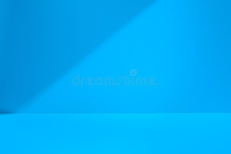 Espaço azul do estúdio com sombra fotografia de stock royalty free