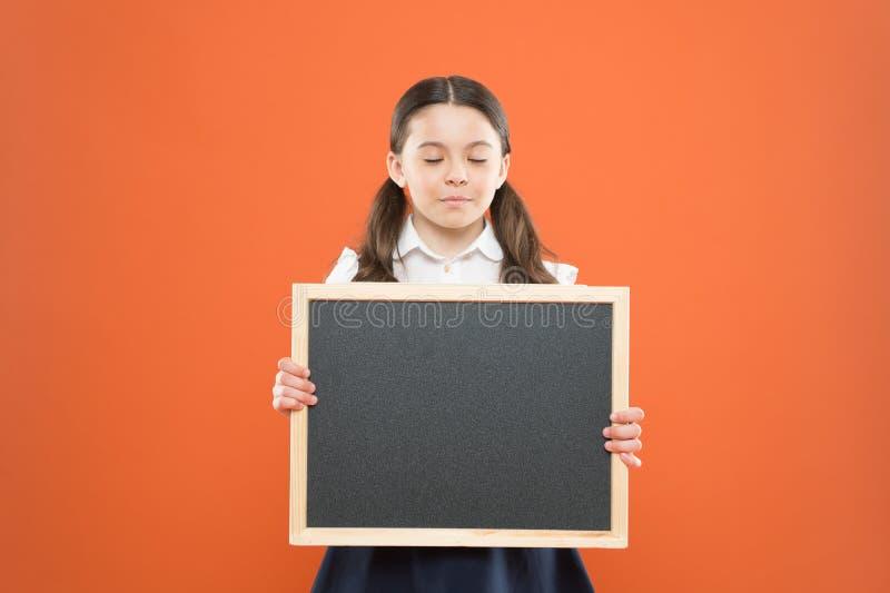 Espaço bonito da cópia do quadro-negro da posse do aluno da menina da escola Conceito do an?ncio da escola Mudanças de informação imagens de stock