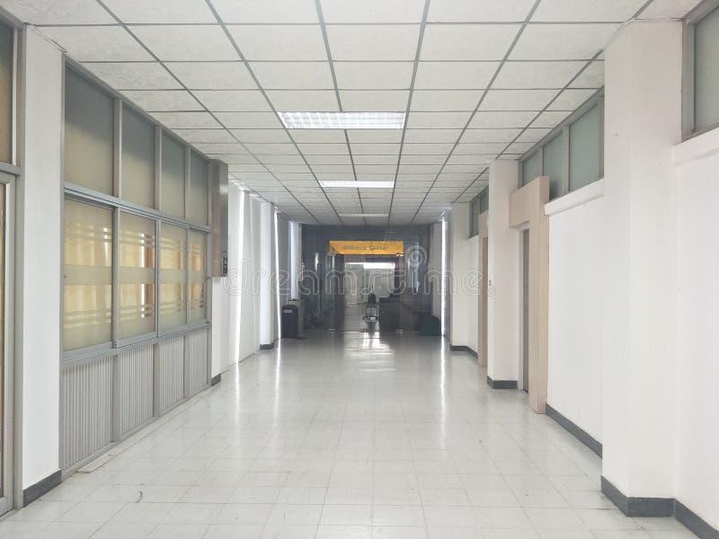 Espaço, caminhos, salas e portas da construção nos hospitais fotografia de stock royalty free