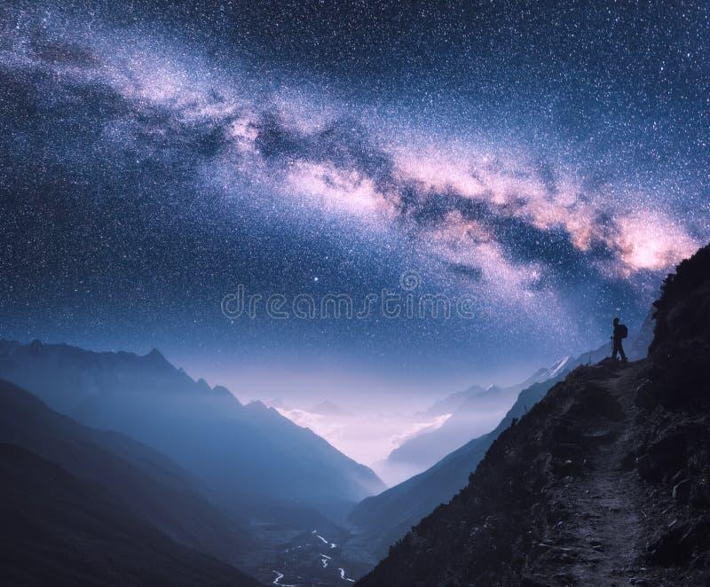 Espaço com Via Látea, menina e montanhas em Nepal imagem de stock royalty free