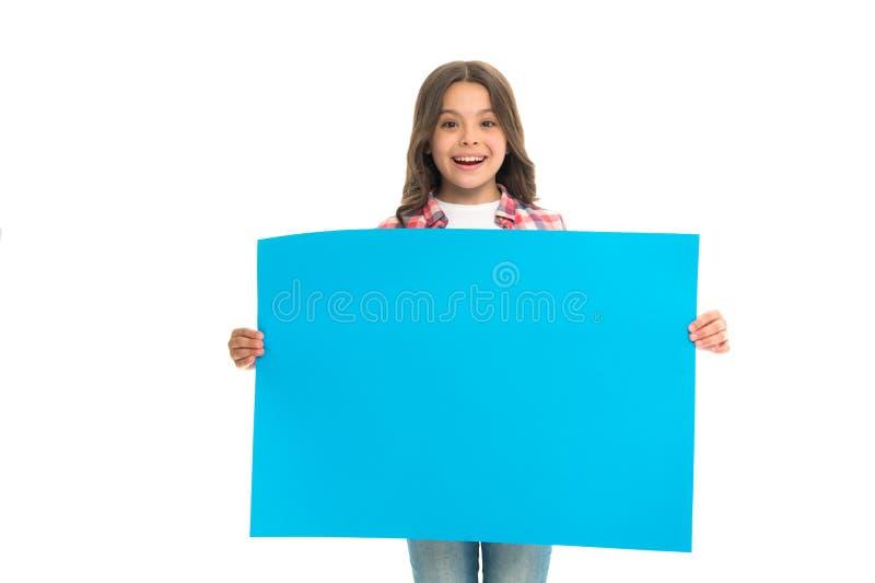 Espaço da cópia da superfície da placa da posse da criança da menina Conceito da propaganda A menina bonito da criança feliz leva fotografia de stock