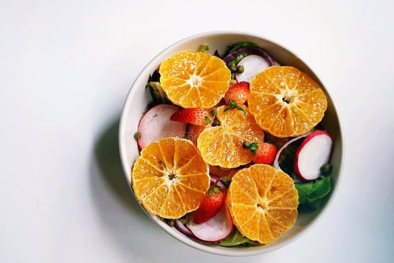 Espaço da vista superior e da cópia, refeições saudáveis, salada misturada com salmões preservados, legumes frescos fotografia de stock royalty free