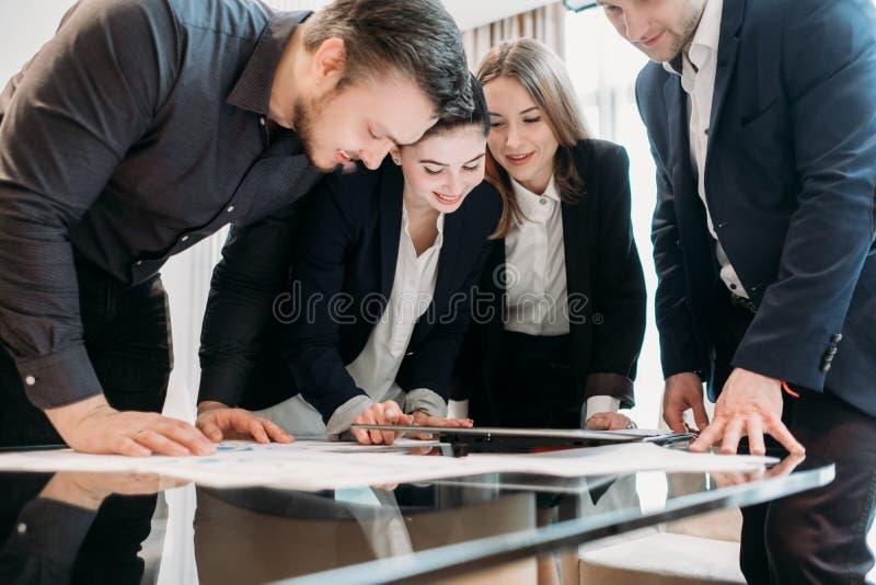 Espaço de trabalho bem sucedido das mulheres dos homens de negócio da equipe imagens de stock royalty free