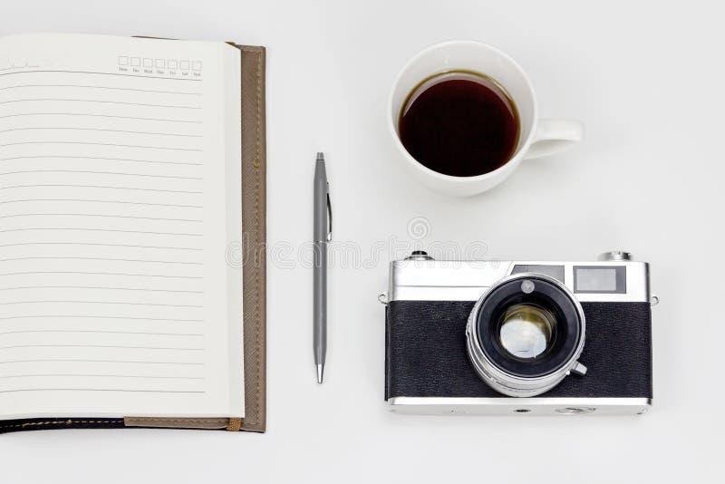 Espaço de trabalho branco mínimo com a câmera do estilo do vintage fotos de stock royalty free