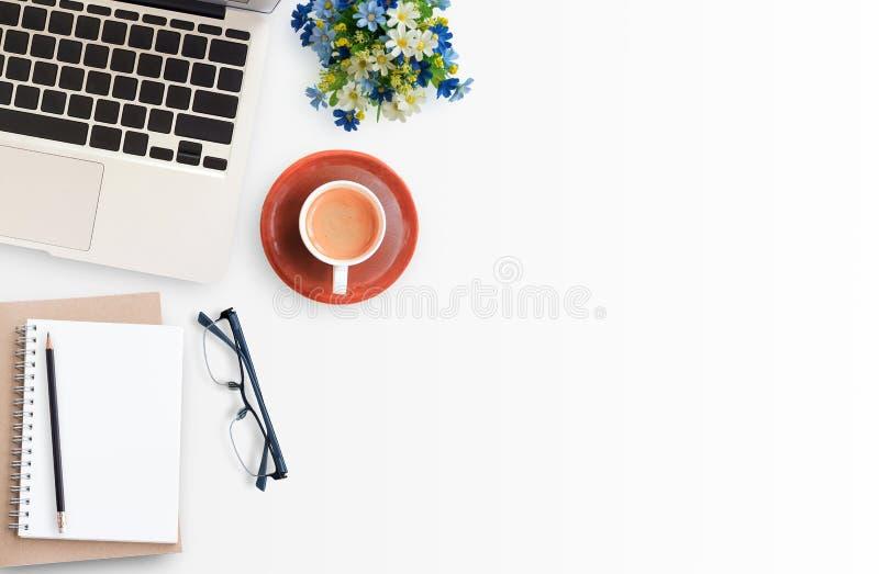 Espaço de trabalho branco moderno do escritório imagem de stock royalty free