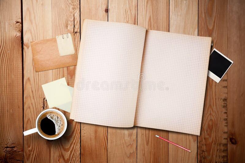 Espaço de trabalho com copo e caderno de café fotografia de stock