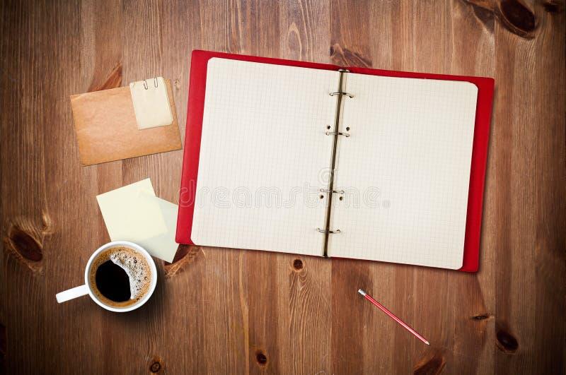 Espaço de trabalho com copo e caderno de café fotos de stock