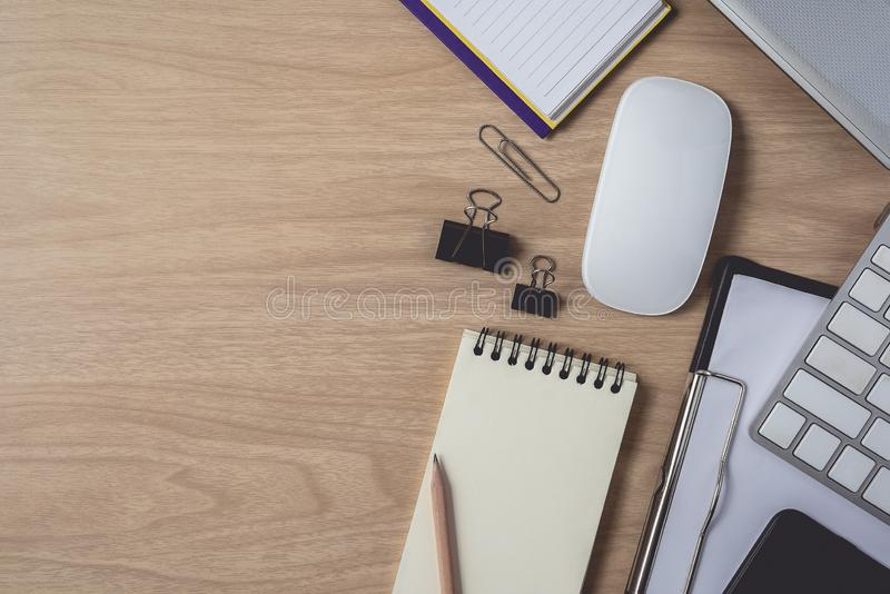 Espaço de trabalho com diário ou caderno e prancheta, portátil, computador do rato, teclado, telefone esperto, lápis, pena no fun fotos de stock
