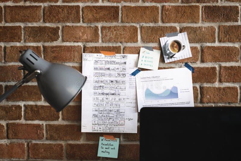Espaço de trabalho com nota na parede de tijolo foto de stock royalty free