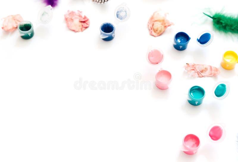Espaço de trabalho criativo do artista da configuração lisa Aquarela e escovas no fundo branco imagem de stock royalty free