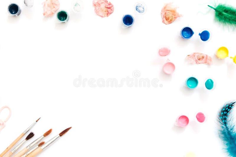 Espaço de trabalho criativo do artista da configuração lisa Aquarela e escovas no fundo branco fotografia de stock