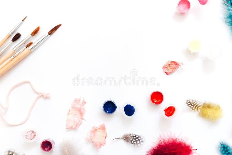 Espaço de trabalho criativo do artista da configuração lisa Aquarela e escovas no fundo branco foto de stock royalty free