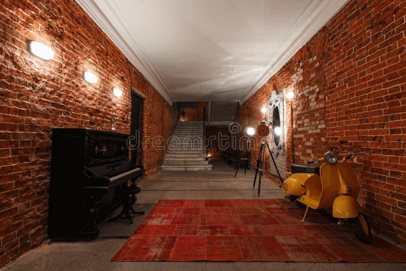 Espaço de trabalho criativo industrial moderno escadaria com as paredes de tijolo textured ao sótão do sótão fotos de stock